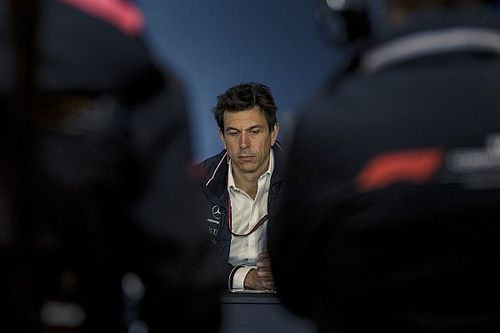 Зачем в Mercedes заставили главного стратега извиняться перед Льюисом в прямом эфире? Отвечает Вольф
