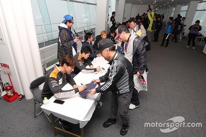 オートポリス決勝レースの中止をうけ、急きょドライバーサイン会開催