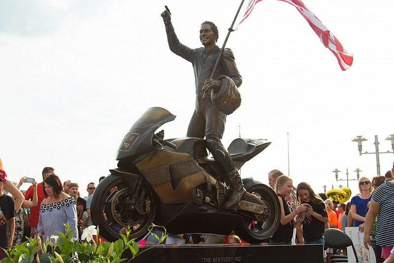 """Owensboro celebra il """"Nicky Hayden Day"""" presentando la statua di """"Kentucky Kid"""""""