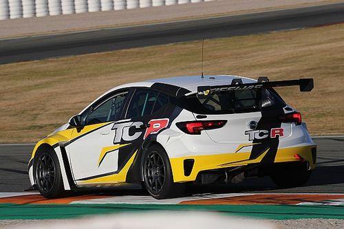 Andrea Argenti con la Opel Astra al ritorno nel TCR Italy