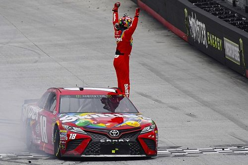 Kyle Busch beffa Larson nel finale nella gara posticipata di Bristol