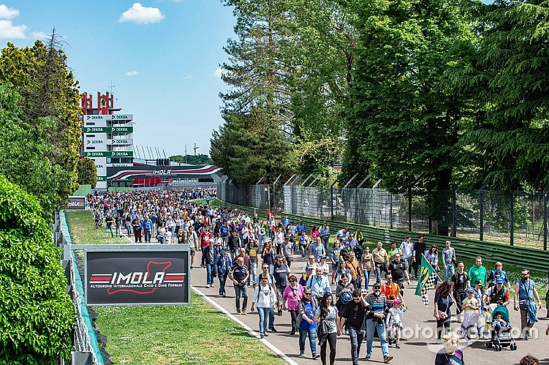 Ayrton Day a Imola: un fiume di persone al Tamburello per ricordare i 25 anni di Senna