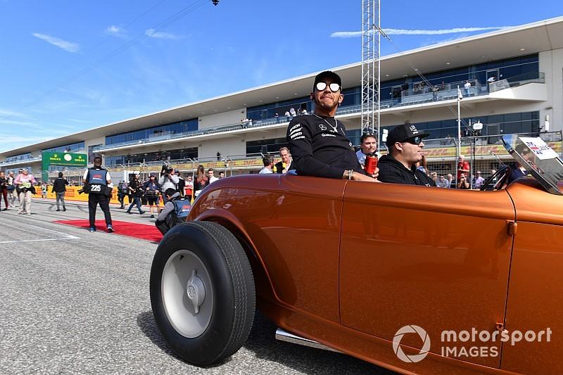 Képeken az F1-es versenyzői parádé az Amerikai Nagydíjról: figyeld Hamilton verdáját!