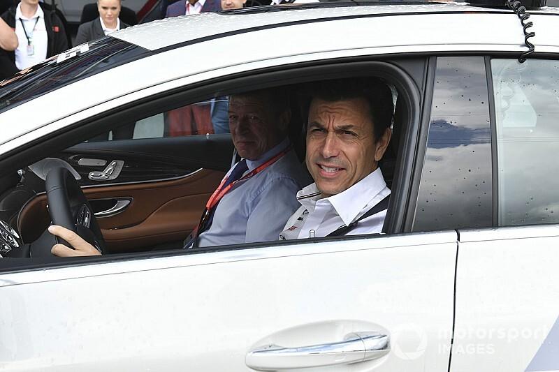 A Mercedesnél már nagyon törik a fejüket a Ferrari miatt, a motorrészlegen is