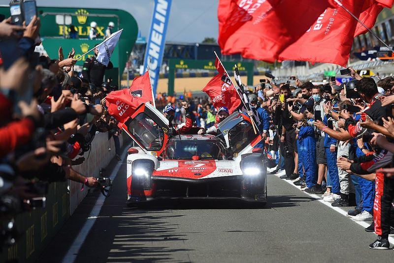 """Opluchting bij winnend Le Mans-trio: """"Stond te janken als een meisje"""""""