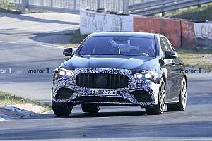 Videón, ahogy a frissített Mercedes-AMG E63 a Nürburgringen cikázik
