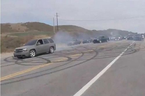 Hol máshol kezdjünk el farolgatni az SUV-nkkel, mint a főút kellős közepén?