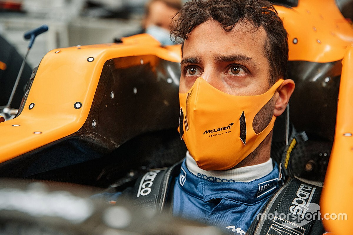 F1: Ricciardo visita la McLaren e fa il sedile per la MCL35M