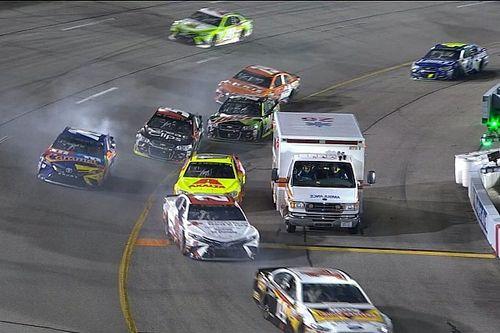 Video: Ambulance verstoort NASCAR-race