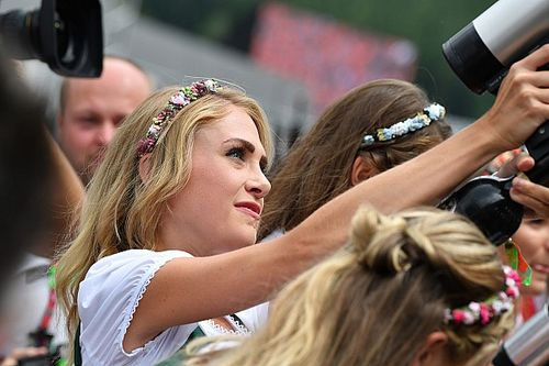 Grid Girls austríacas atiram camisetas para fãs antes de GP