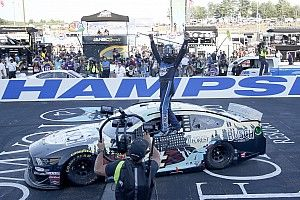 Harvick supera a Hamlin en un cerrado final y gana en New Hampshire