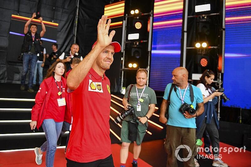 Vettel ünnepelt, csak elfelejtette közvetíteni, de reagált Leclerc-re