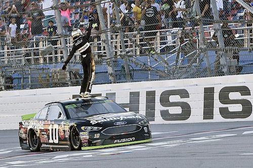 Алмирола выиграл впервые с 2014 года и прошел в «раунд восьми» NASCAR Cup