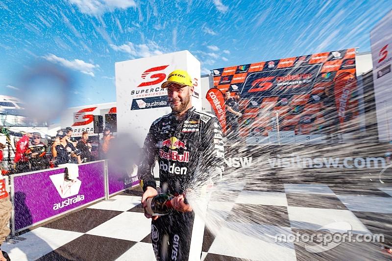 Судьба победы в гонке Supercars решилась на последнем круге, соперников за титул разделяют два очка