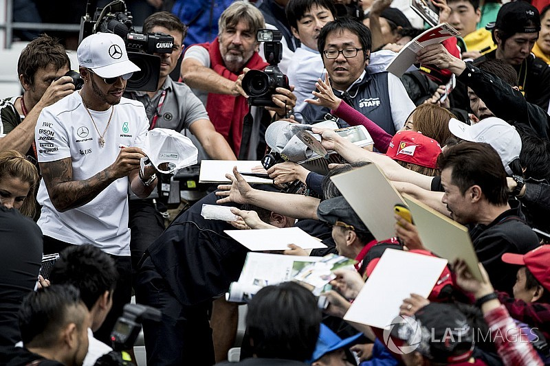 Fotogallery: il tifo di Suzuka per i piloti di Formula 1