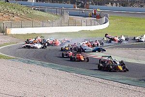 На старте Формулы Renault 2.0 в аварию попали 12 машин: видео