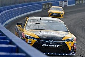 Final practice slowed by two-car crash, Kenseth quickest