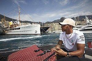 Hamilton a méregdrága szuperautója tetején pózol Monacóban