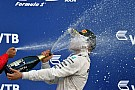 La historia detrás de la foto: 'Bottas prueba el champán'