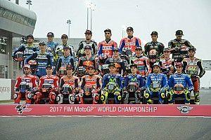 La parrilla de MotoGP posa al completo para la foto oficial