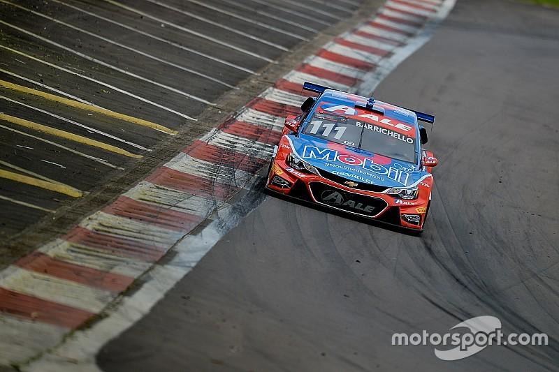 Barrichello aposta em estratégia, segura pressão e vence corrida 2 no Velopark
