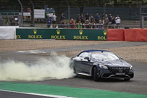 VÍDEO: Hamilton leva Frank Williams para volta rápida em Silverstone