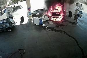 Videó: részegen farolt volna ki a benzinkútról, kigyújtotta a kutat, a Mustangját és egy másik autót is