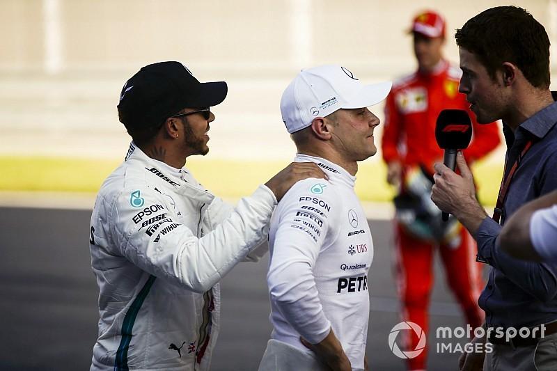 Videón, ahogy Bottas elhappolja a pole-t Hamilton elől