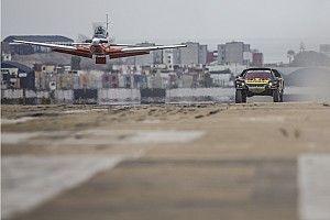 En images : Loeb a affronté un avion avant le Dakar