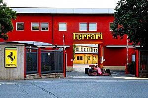 Leclerc a piloté la Ferrari SF1000 dans les rues de Maranello