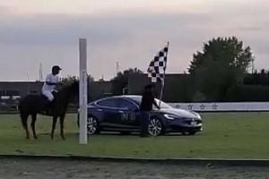 A világ legértelmetlenebb gyorsulási versenye: Tesla Model S vs. ló