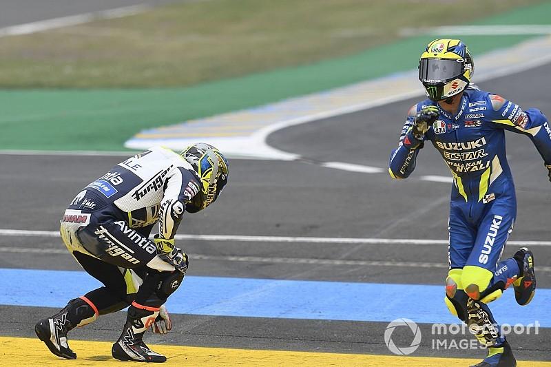 Видео: Мир и Абрагам синхронно падают на прогревочном круге гонки MotoGP в Ле-Мане