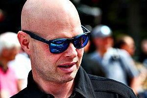 Óriási csatában Button lemaradt a győzelemről, így Magnussen nyert a legendák versenyén!