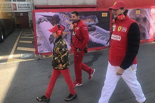 Ferrari: il presidente John Elkann ha fatto visita alla squadra nei box di Barcellona