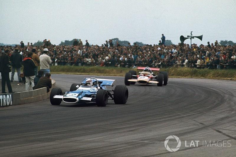 Jackie Stewart au volant d'une de ses F1 victorieuses à Silverstone