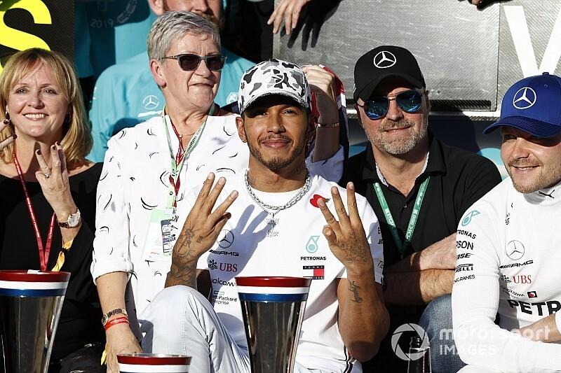 Hamilton különleges fotózása, tisztelgés a családja előtt