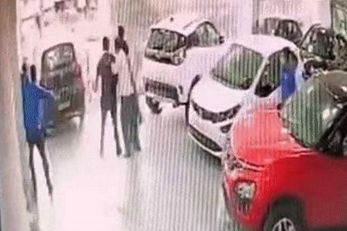Autója átvétele után azonnal kihajtott a kereskedés emeleti ablakán egy indiai sofőr