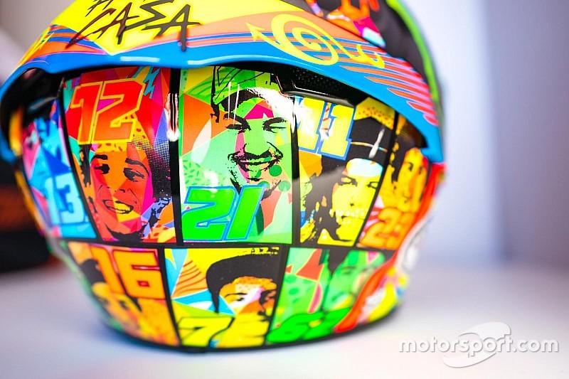 Bagnaia, con los pilotos de la Academia de Rossi en el casco de Misano