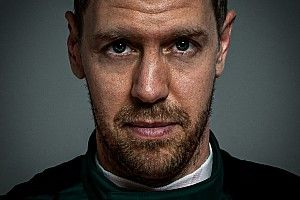Videón, ahogy Vettel megérkezik az Aston Martin gyárához az új céges kocsijával: egy új korszak kezdete!