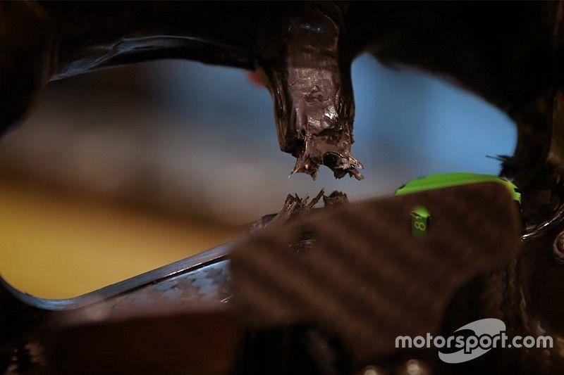 Alonso muestra el volante roto por el impacto de sus piernas en Indy 500