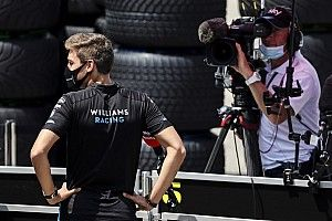 Így segít egy F1-es pilóta a bokszkiállásnál, ha nincs épp munkája – videó