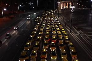 Látványos felvonulással fejezték ki hálájukat a budapesti taxisok