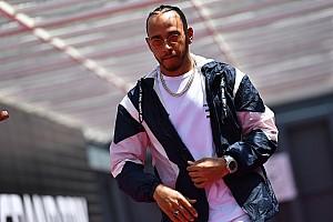 Forma-1 Interjú Volt, hogy egyszerre majdnem fél napot is szenvedett egy tetoválásért Hamilton