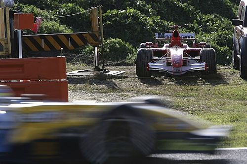 Videón, ahogy Alonso ünnepli Schumacher előzését Japánban, aki alatt elfüstölt a Ferrari