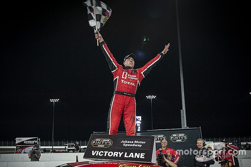 Kevin Lacroix scores maiden oval track win in NASCAR Pinty's Series