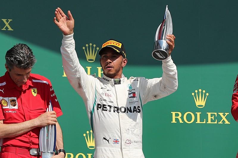 Uitgeputte Hamilton 'kon amper staan' na Britse GP