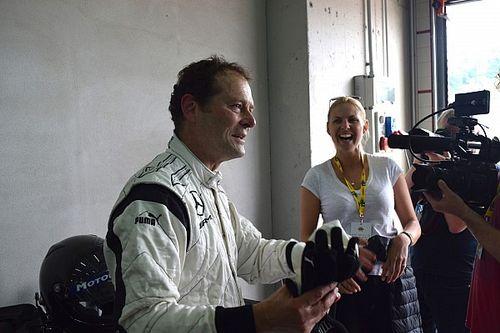 A Mercedes technikai szakembere átadja a stafétát
