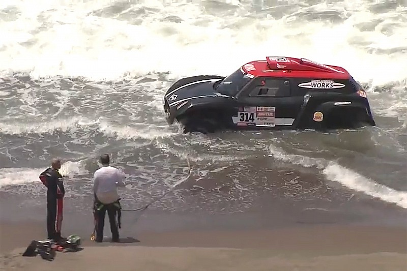رالي داكار 2018: الراجحي ينجو بسيارته من مياه المحيط