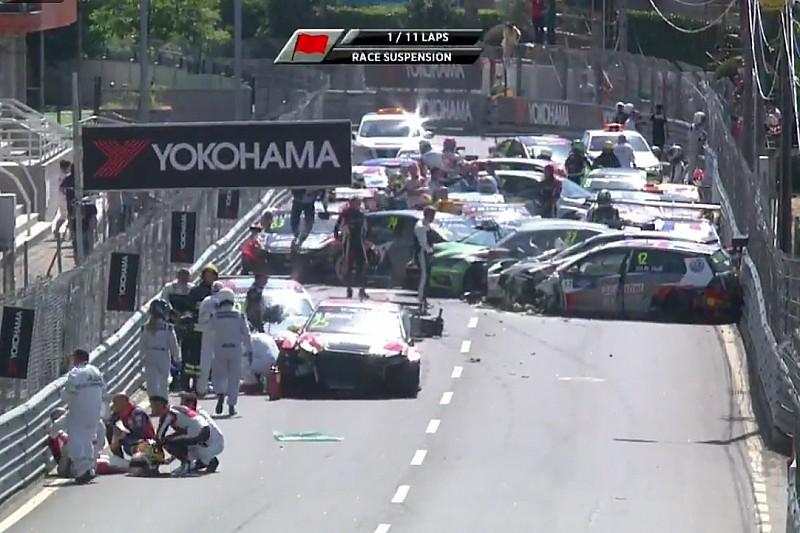 Un gran accidente detiene la primera carrera del WTCR en Vila Real