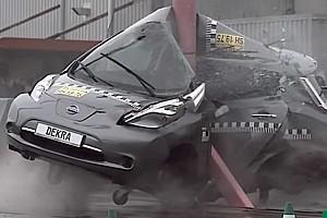 Videó: Csak villanyoszlopnak ne csapódjon soha az autó